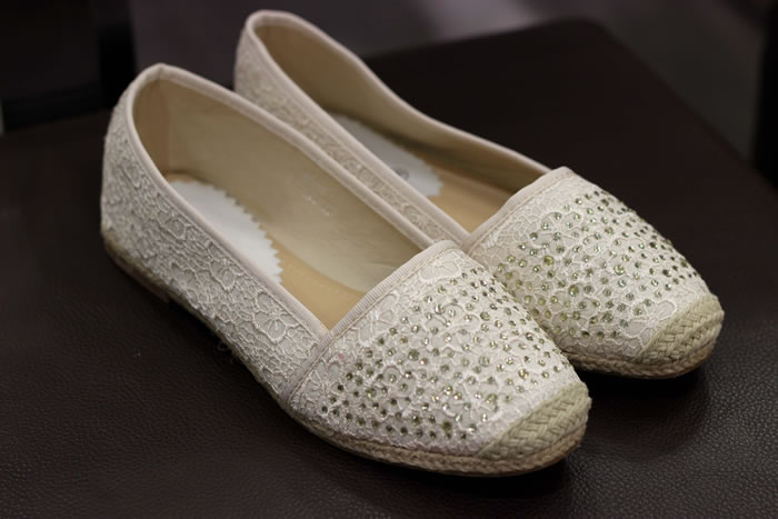 ALPARGATAS/ESPARTEÑAS. Planas o de tacón de cuña, son de los calzados más  cómodos del verano. A mí me encanta llevar las alpargatas a la playa,